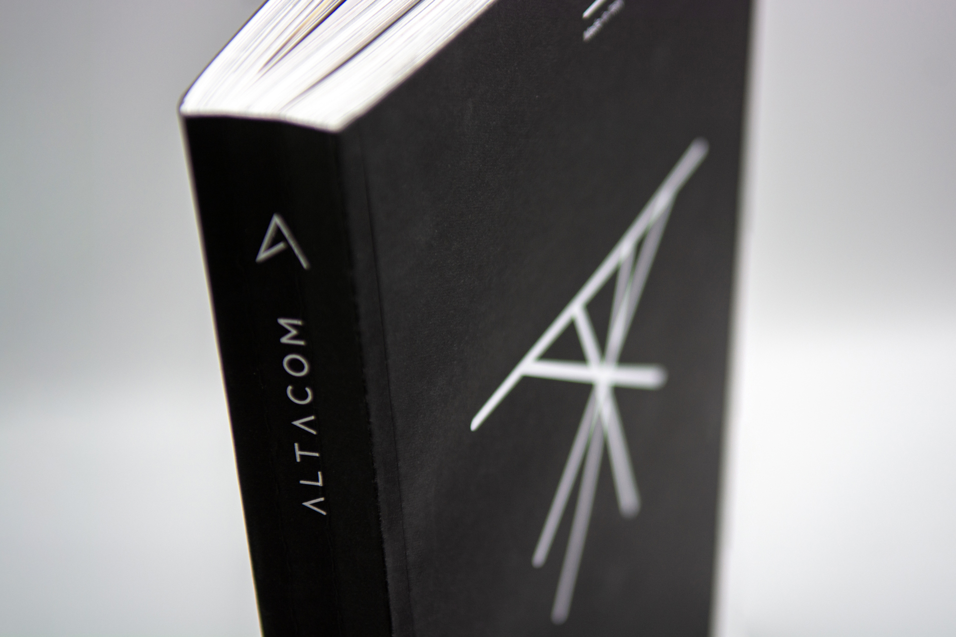 altacom-tavoli-design-cover-lato